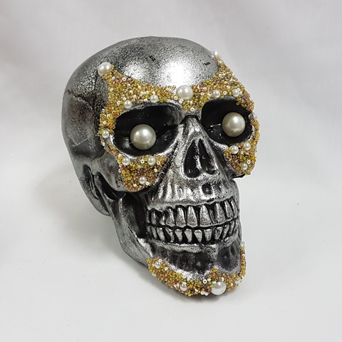 Silver aged skull with pearls